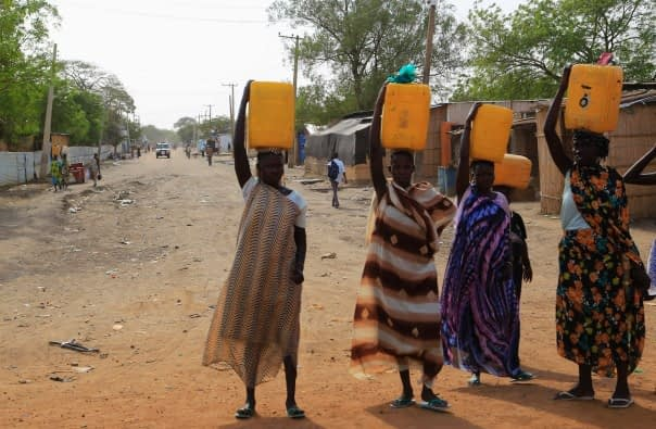 Women_in_South_Sudan_carry_water_containers